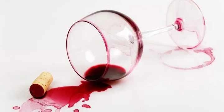 Cómo eliminar las manchas de vino de la ropa